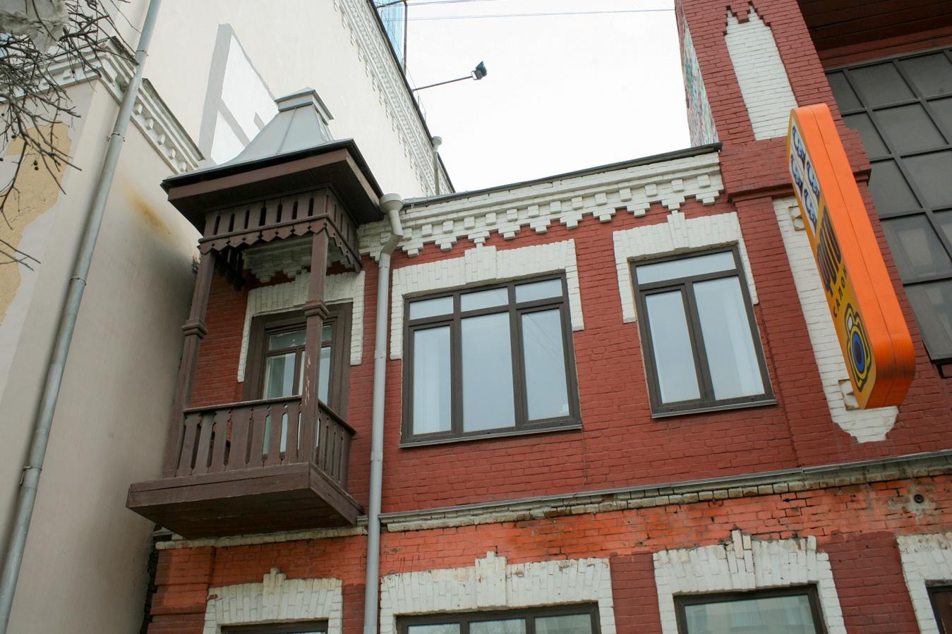 Балкончик с шатровой крышей в неорусском стиле
