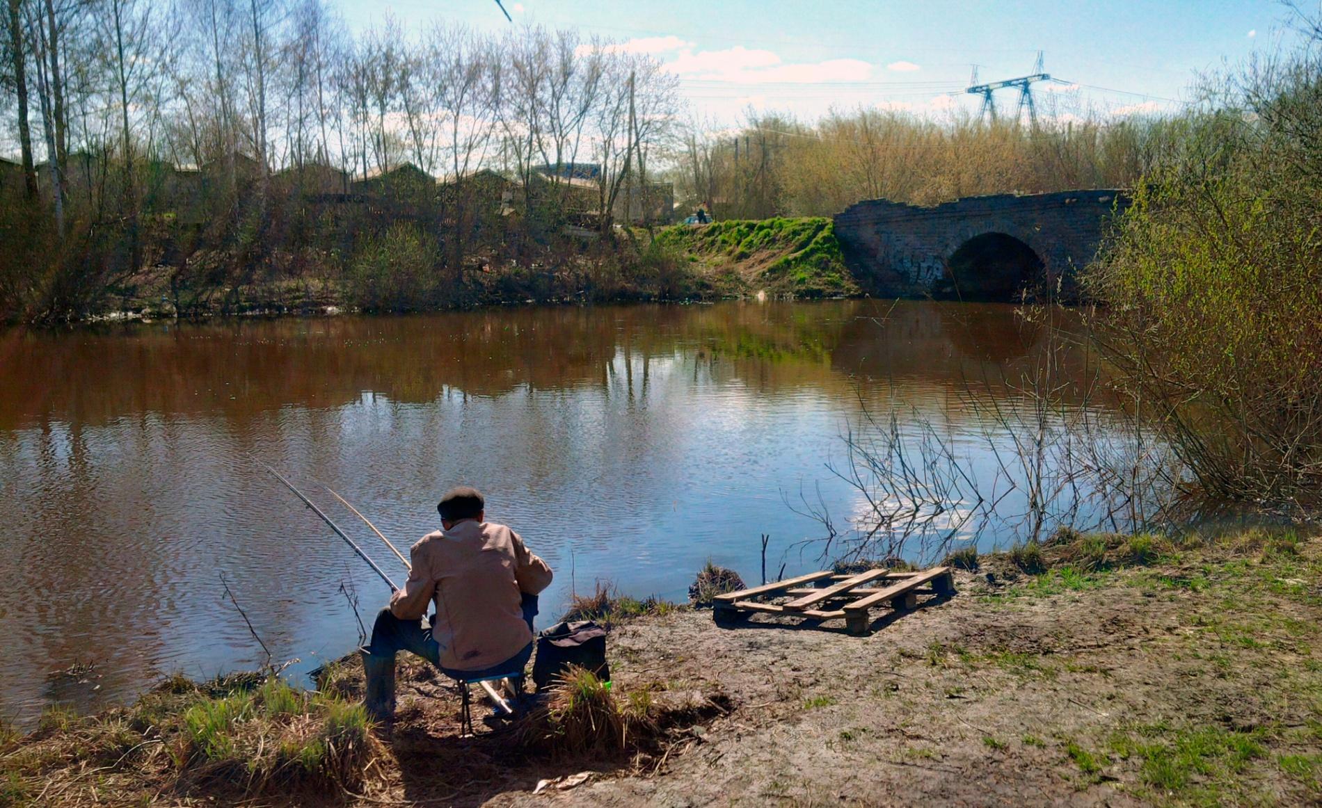 Рыбак у каменного моста на Елизаветинском пруду