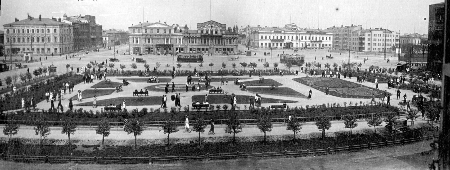 """Вид от старого """"Пассажа"""" на сквер. В правом верхнем углу - площадь 1905 года еще без Ленина, прямо на заднем плане - современный ТЦ """"Европа"""", дом купцов Коробковых"""