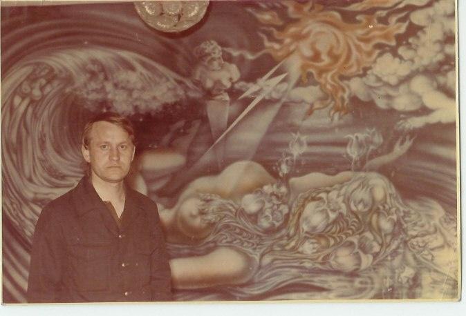 Валерий Гаврилов на фоне росписи ресторана «Петровский зал»