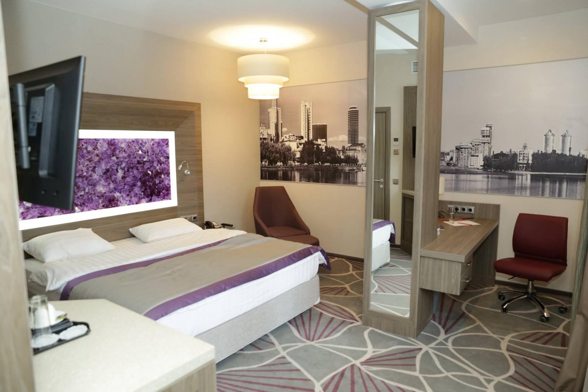 В каждом номере — двуспальная кровать и удобное рабочее место.