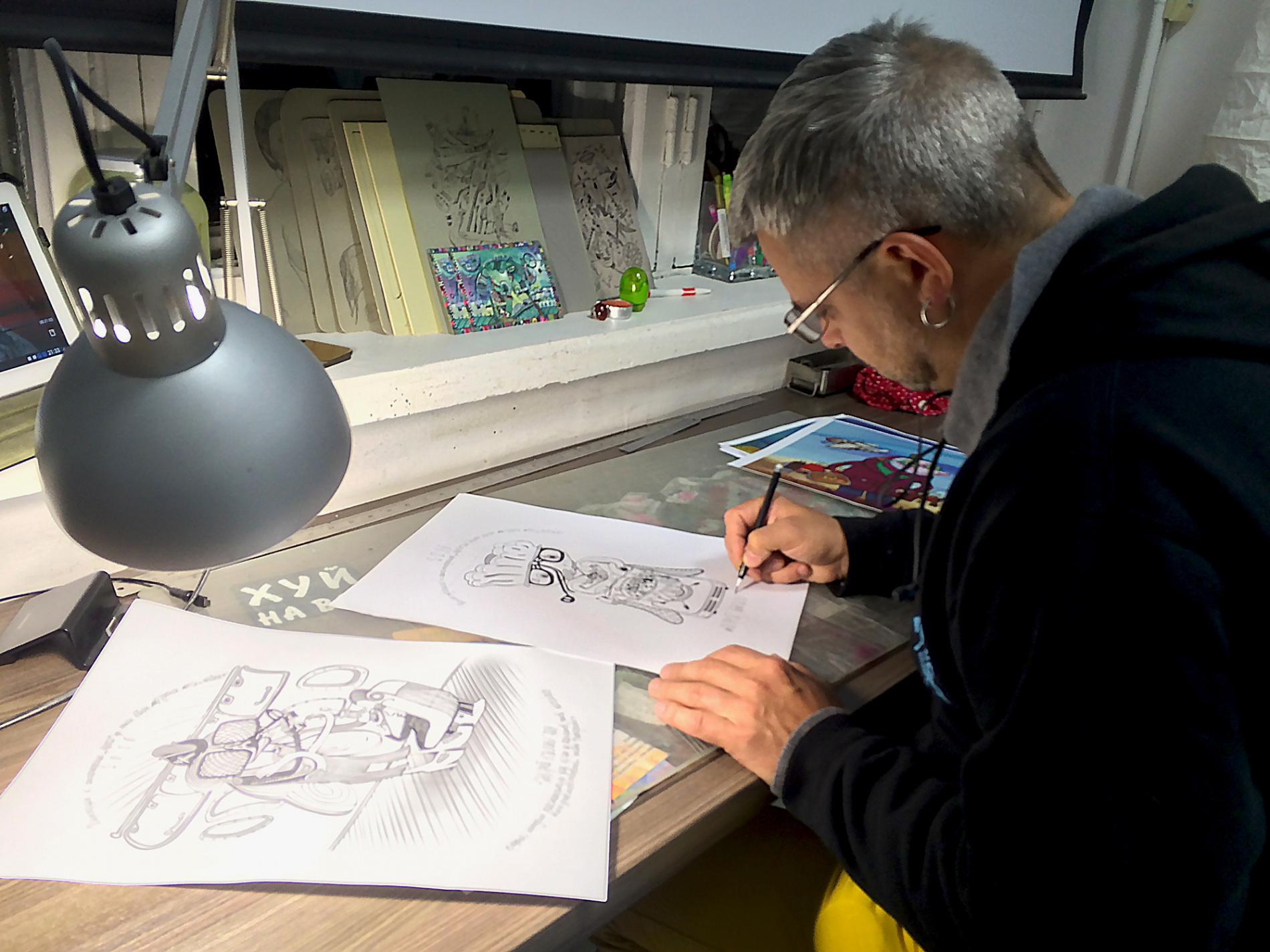 Андрей Баландин в своей мастерской