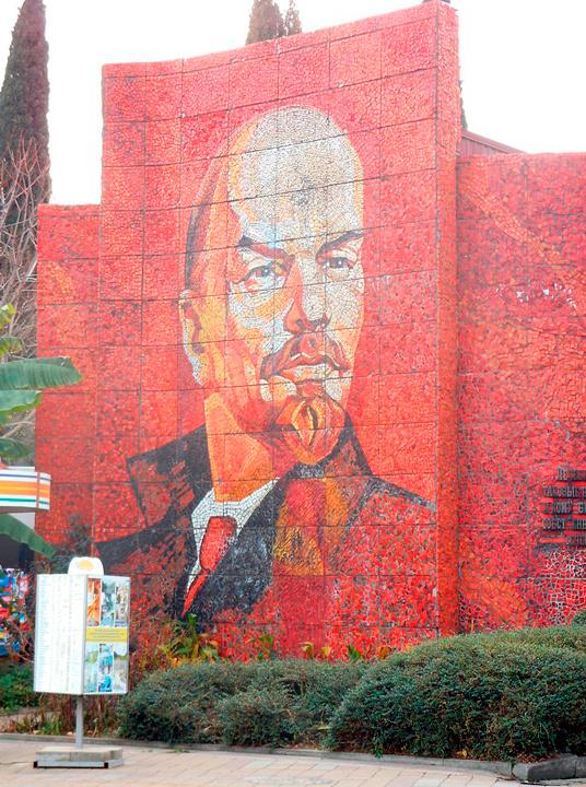 Стела с мозаичным портретом Ленина в Сочи