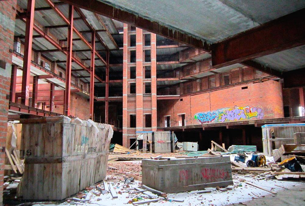 Разрушенные ящики OTIS. Фото Алексея Медведева
