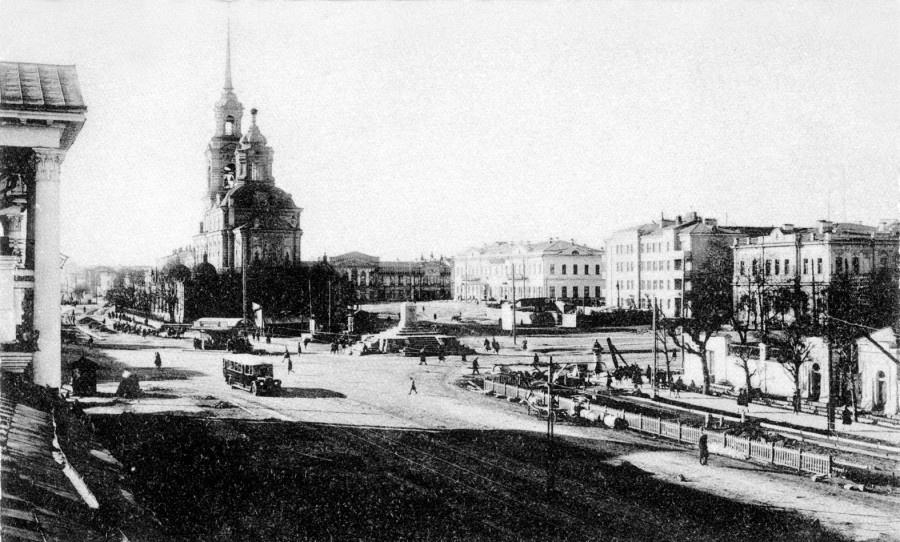 Площадь 1905 года. Богоявленский собор и постамент незадолго до сноса