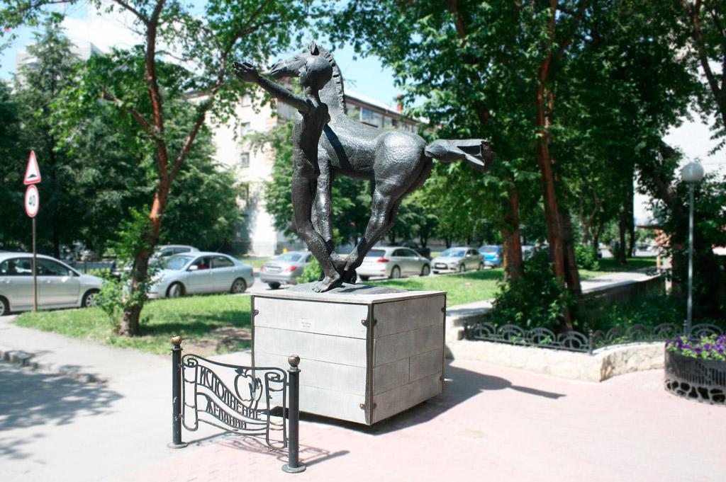 Скульптура «Лето» и барельеф с птицами