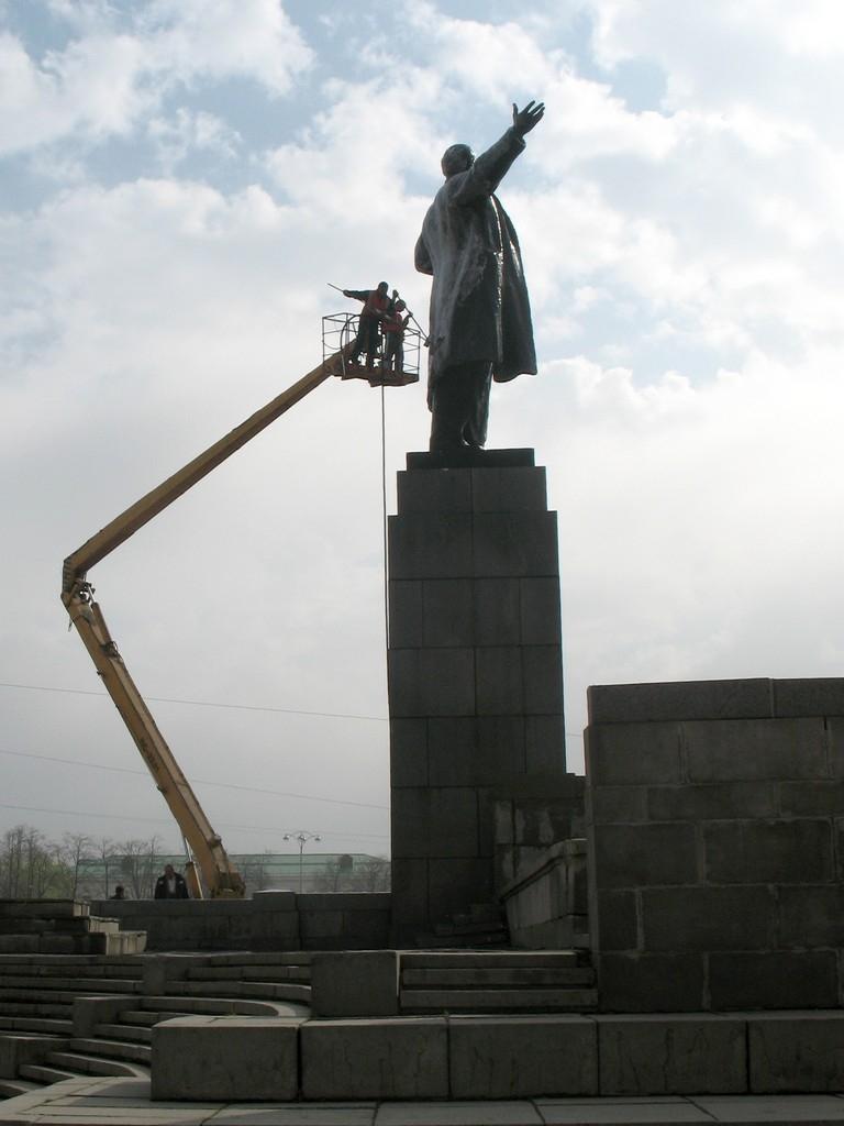 Лето приходит. Памятники готовятся к нему)