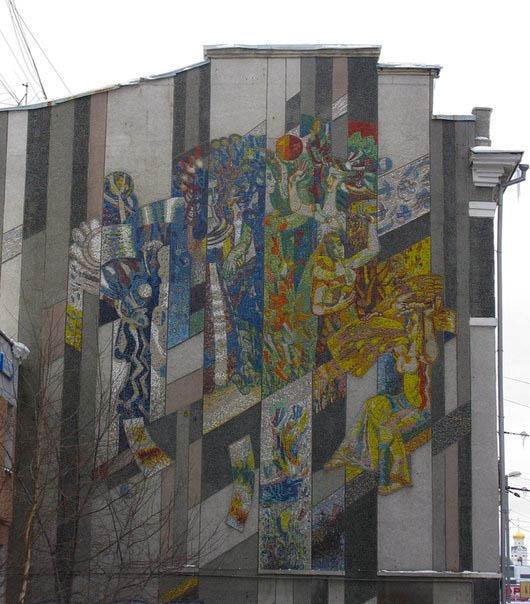 Советская мозаика и вывеска из 90-х годов