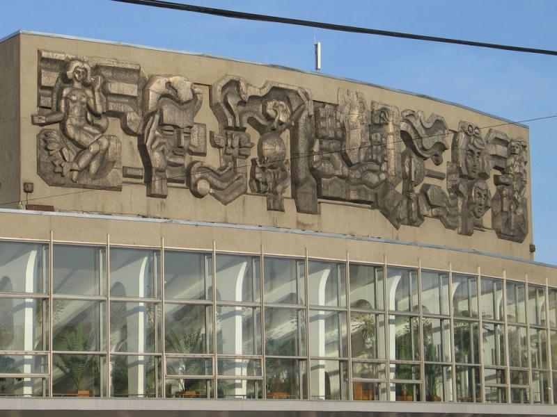 Барельефы на зданиях Цирка и Дворца молодежи