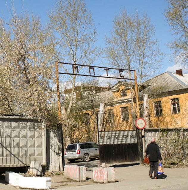 Вывеска МПТС и школа с советской символикой