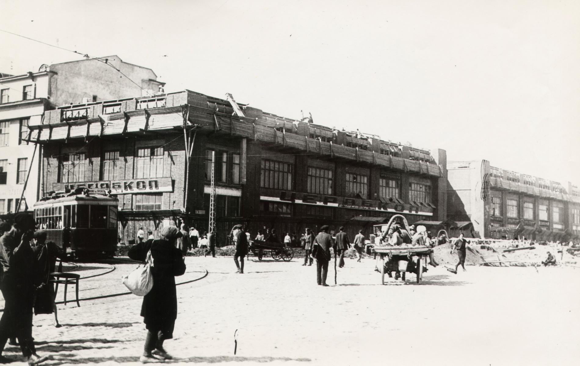 Северное крыло Нового гостиного двора в 1930 году. Слева современная улица 8 Марта. Фото: pastvu.com