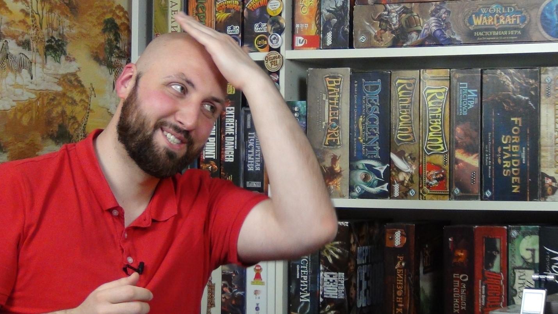 Илья показывает, как бы он зачёсывал волосы на лысину, если бы не побрился.