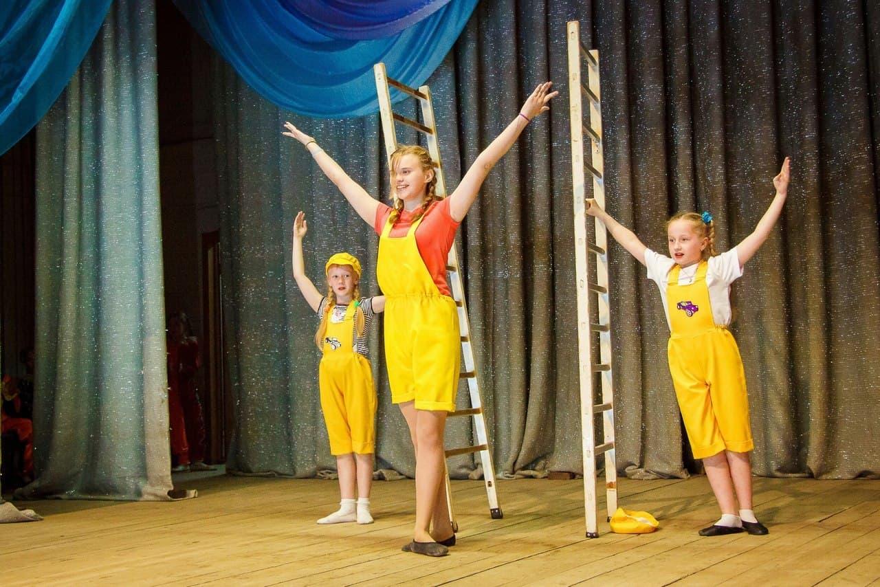 Соня, Яна и Снежана выступают с номером «Вольностоящие лестницы» в загородном оздоровительном лагере