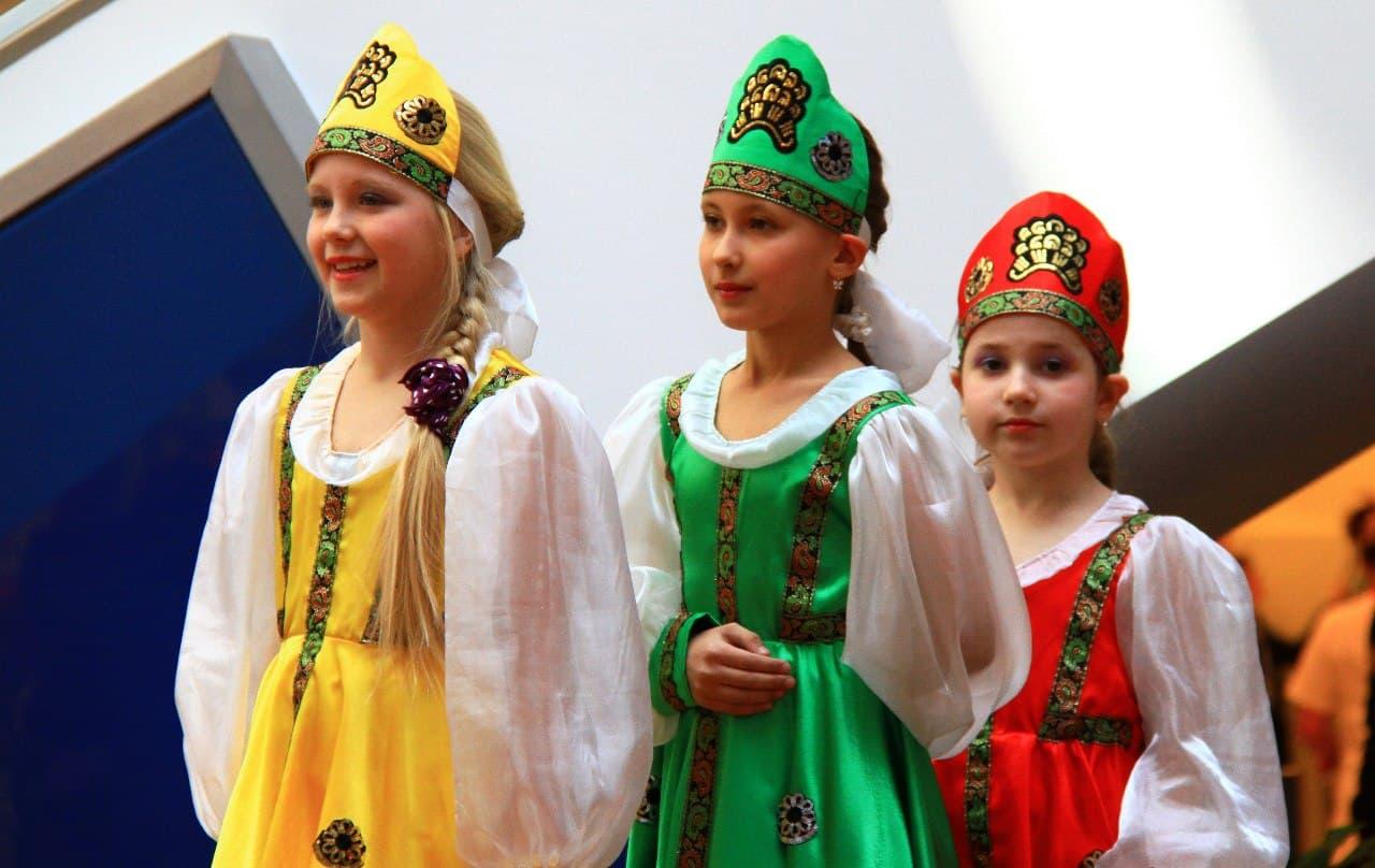 Юные артистки Арина, Лера и Настя из средней группы готовятся выйти на сцену с танцевальным номером «Перепляс» в Русском доме в Берлине