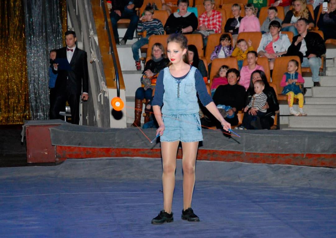 Диаболо, а не «диабло» 😉 Это Виктория из «мастерской» выступает на отчётном концерте с номером «Диаболо»