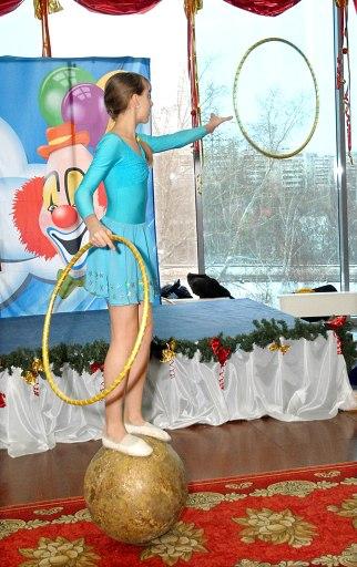 Костюм для номера «Девочка на шаре» сшили в костюмерной цирка