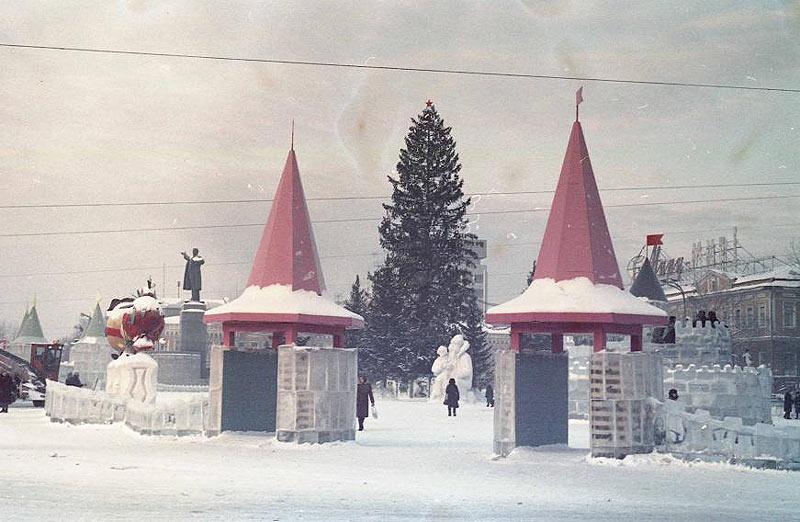 Вид на ёлку с угла Ленина-8 Марта.