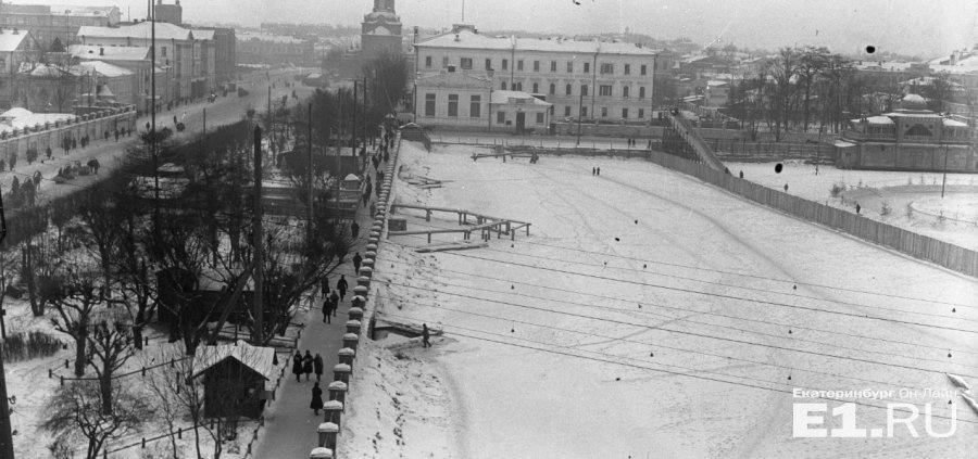 Плотинка в конце 1920-х годов. Справа виден каток, устроенный на городском пруду. Фото: e1.ru