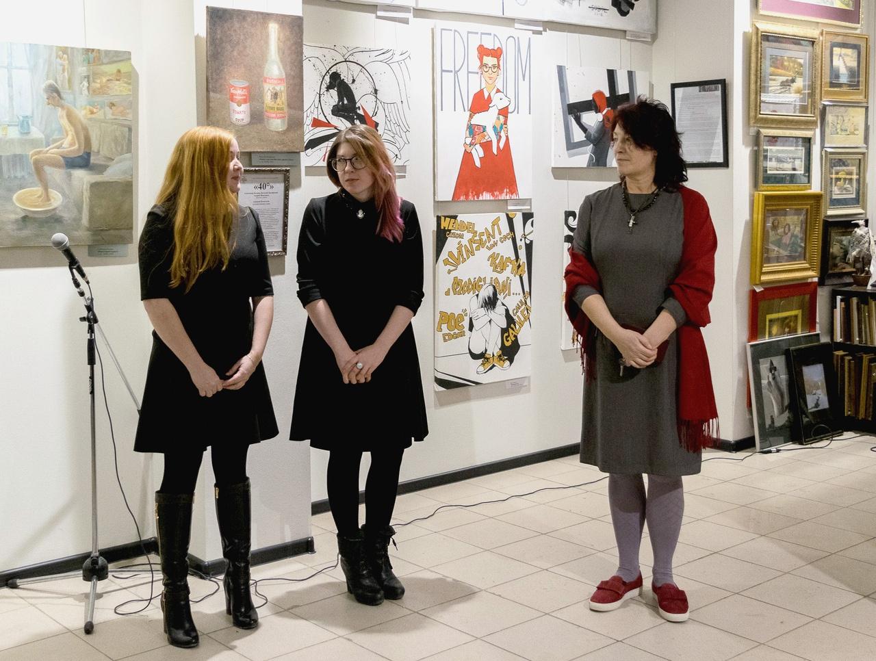 Художницы Дарья Заитова, Юлия Антонова и арт-директор галереи «Поле» Вера Лебедева на открытии выставки.
