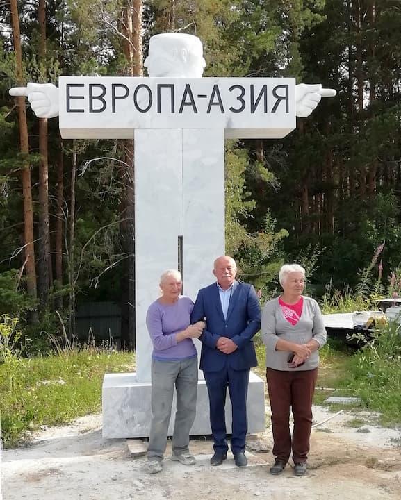 Фото с открытия монумента. Таня Премингер крайняя слева.