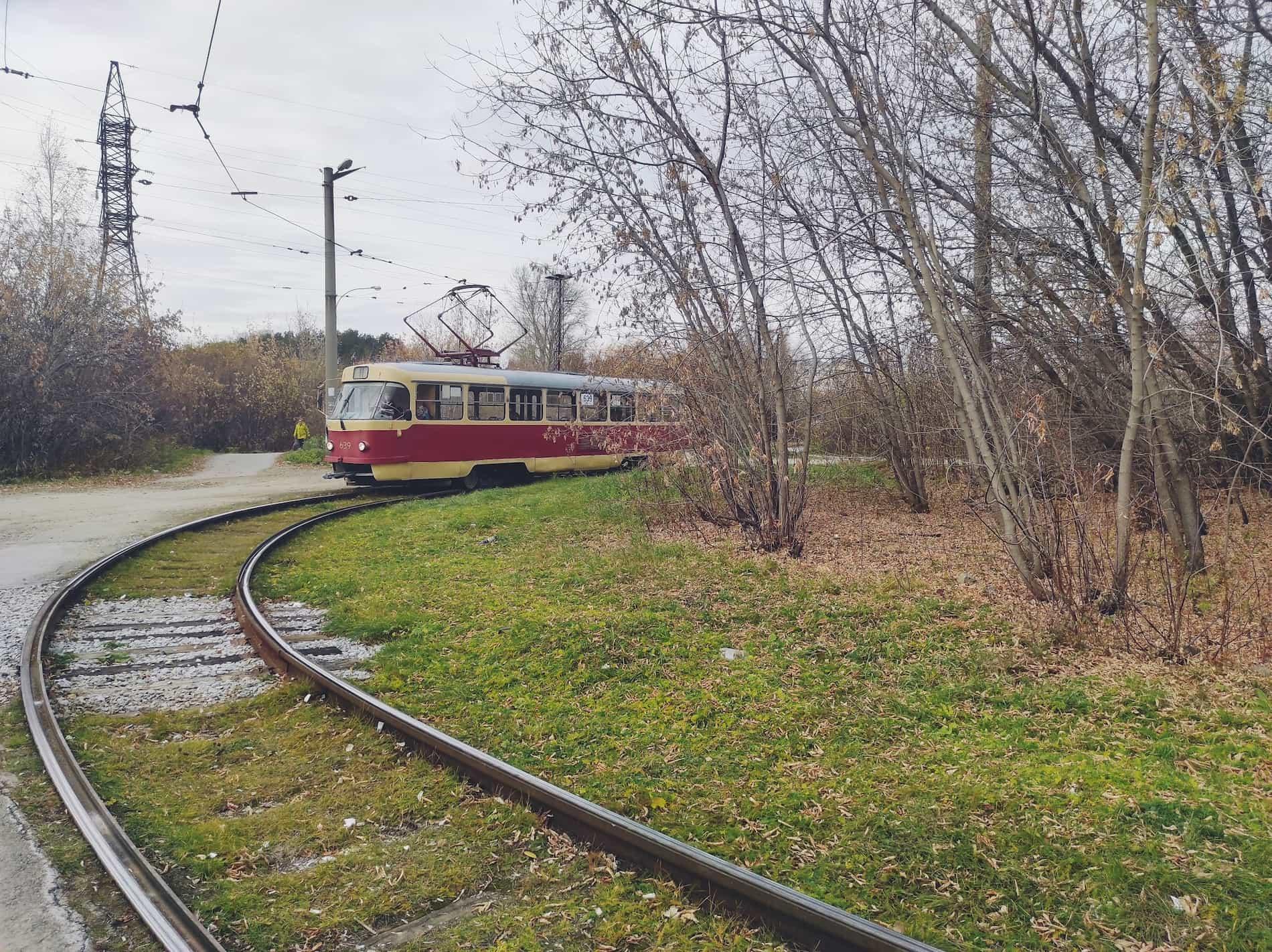 Трамвай № 11 ходит по единственной в городе одноколейной дороге