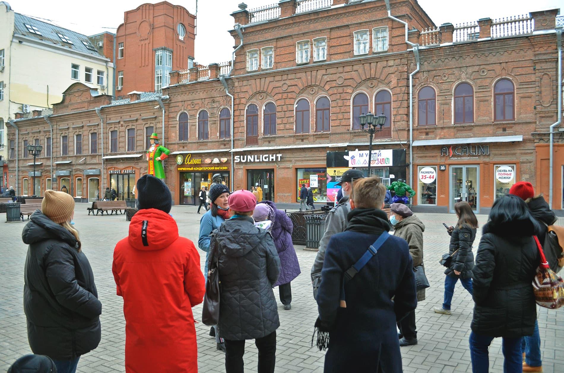 Экскурсанты на фоне торгового дома Агафуровых