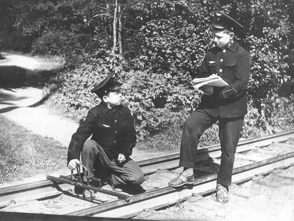 Перед поездом путевые обходчики Валов Сергей и Забродский С. спешат закончить проверку пути шаблоном