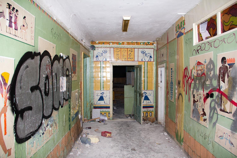 Один из коридоров украшен египетскими мотивами