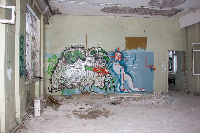 Как часто бывает в заброшенных зданиях, в укромных местах прячутся мрачноватые граффити