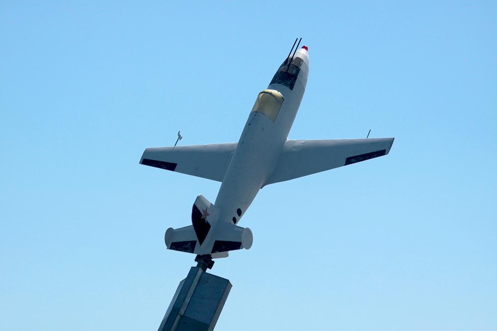 Самолетик возле аэропорта Кольцово